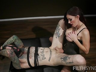 Big bore mistress enjoys screwing his slave in be passed on bore