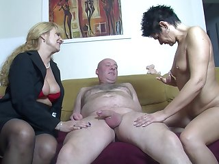 Amateur FFM triad at lodging with two cock tender German sluts