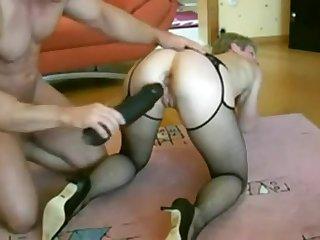 Mann legte einen riesigen schwarzen Dildo less Frau Ass